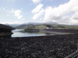 七北田ダム堤体上部からダム湖