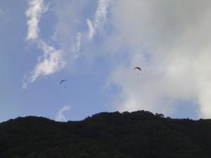 泉ヶ岳山頂付近とパラグライダー(ズーム)