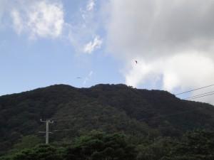 泉ヶ岳山頂付近とパラグライダー