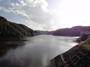宮床ダム堤体上部からダム湖