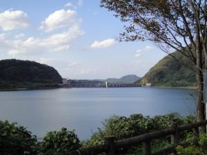 七ツ森ダム湖からダム堤体(ズーム)