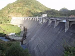 七ツ森ダム堤体上部から前面