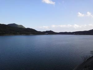 七ツ森ダム堤体上部からダム湖