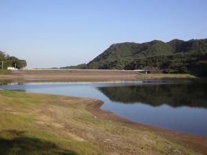牛野ダム湖から堤体全景