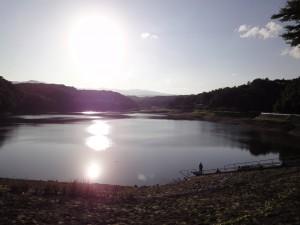 牛野ダム湖全景(逆光)
